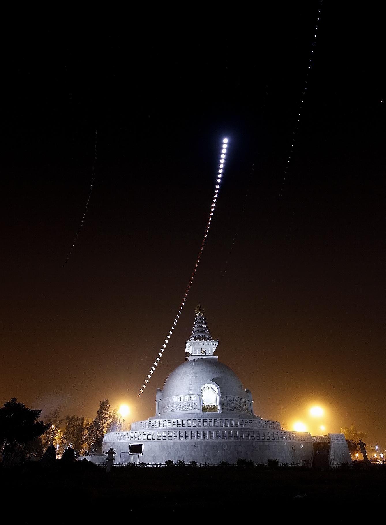 phases de l'éclipse du 10/12/11 au dessus d'un monument Indien...