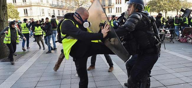 8220fake-news-journalists-come-down8221-chanting-yellow-vests-protesters-gather-outside-french-tv-station
