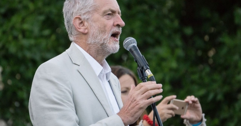 waarom-theresa-may-na-meest-verpletterende-nederlaag-ooit-kan-aanblijven-nog-steeds-jeremy-corbyn