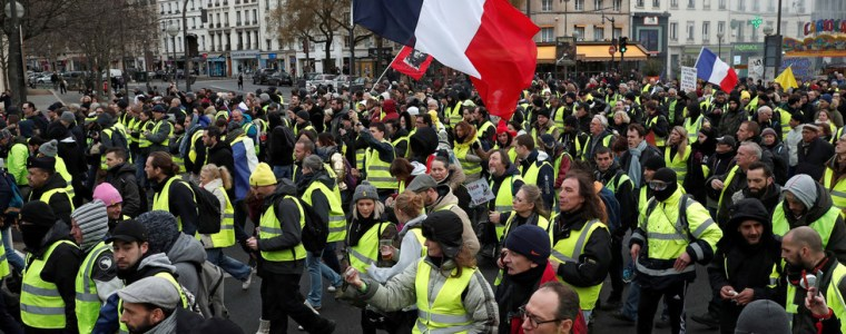 yellow-is-the-night-defiant-gilets-jaunes-plan-1st-nocturnal-protest-in-paris