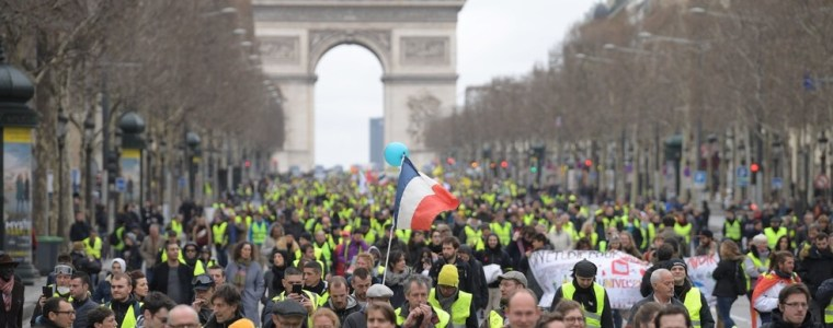 tear-gas-v-flowers-yellow-vests-march-through-paris-for-16th-week-in-a-row-watch-live