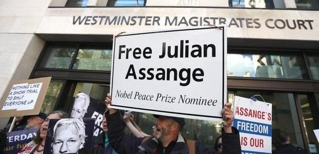 yellow-vests-take-bus-to-london-to-protest-assange-extradition-hearing