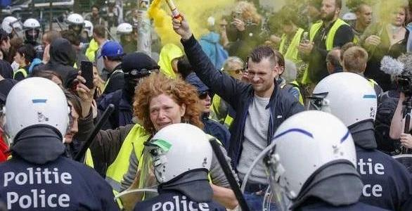 belgian-yellow-vests-clash-with-riot-police-on-election-day,-tear-gas-deployed
