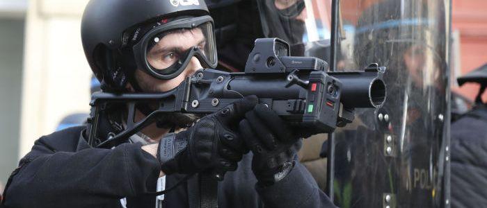 gelbwesten-schuld?-franzosische-polizei-setzt-immer-haufiger-granatwerfer-gegen-demonstranten-ein