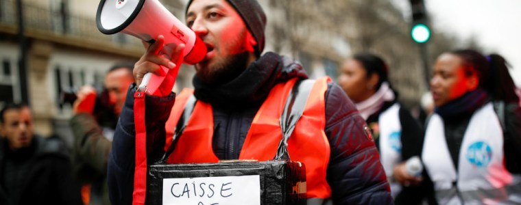 fresh-clashes-in-paris-as-french-pension-reform-strike-breaks-records-(videos)