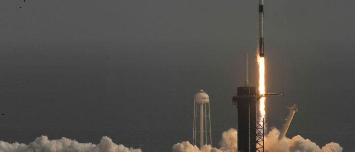 us-raumfahrtunternehmen-spacex-schiest-falcon-9-rakete-mit-starlink-satelliten-ins-all-–-video