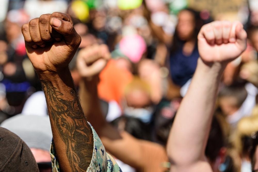 bewegung-gegen-rassismus:-bilder-werden-gesturmt,-systeme-werden-verschont