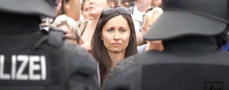 emotionale-bilder-von-der-demo-auflosung-am-30082020-in-berlin-am-grosen-stern-/-siegessaule- -kenfm.de