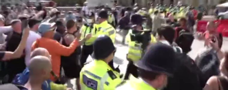 police-engage-in-shoving-match-with-protesters-at-major-rally-against-coronavirus-measures-in-london-(video)