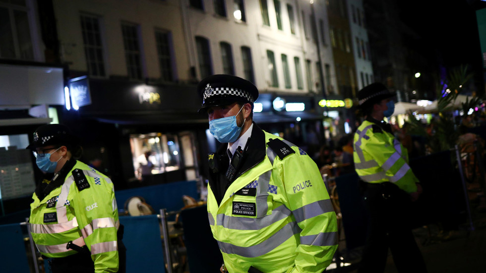 uk-regional-police-chief-says-cops-will-intervene-if-family-christmas-celebrations-break-covid-rules,-angering-britons