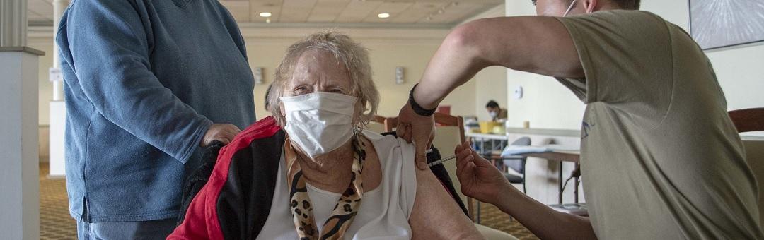 nederlanders-sterven-bij-bosjes-na-coronavaccin:-'hang-dit-niet-aan-de-grote-klok'