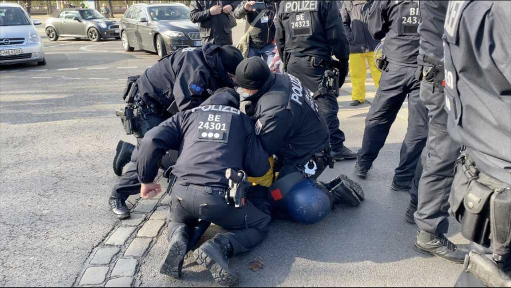 boksers-in-uniform-–-hoe-de-duitse-politie-vreedzame-corona-demonstranten-betogers-sloeg-–-frontnieuws