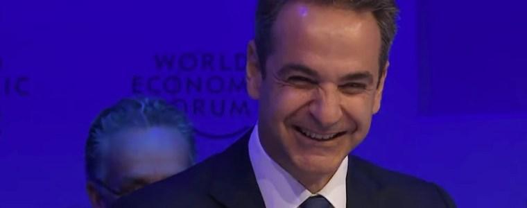 foto:-boek-the-great-reset-van-klaus-schwab-ligt-prominent-op-bureau-griekse-premier