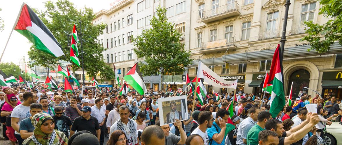 antisemitismus-und-apartheid-israelische-flaggen-brennen-aus-protest- -kenfm.de