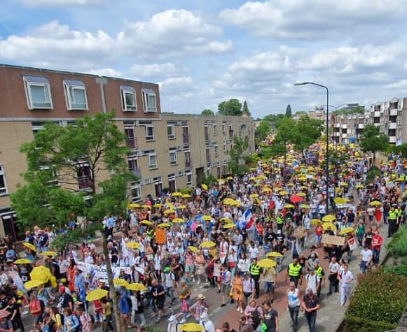 duizenden-bezorgde-burgers-lopen-mars-door-apeldoorn-–-de-lange-mars-plus