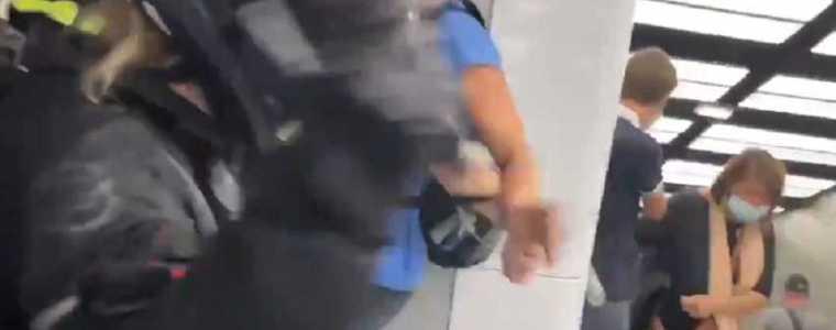 franse-politieagenten-slaan-vrouw-in-elkaar-omdat-ze-zonder-vaccinpaspoort-winkelt
