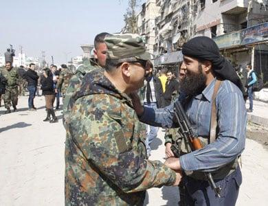vreedzame-regeling-in-syrie:-voormalige-strijders-in-daraa-leggen-wapens-neer