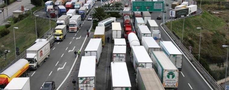 """italie:-vrachtwagenchauffeurs-staken-tegen-de-""""covid-pass""""-van-27-september-video's"""