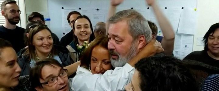 hoe-de-russische-tv-commentaar-geeft-op-de-nobelprijs-voor-de-vrede-voor-een-kritische-russische-journalist