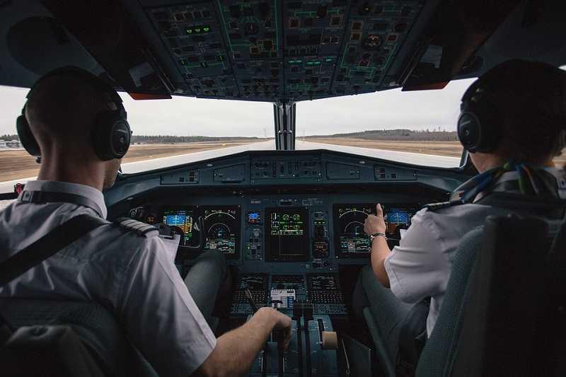 gevaccineerde-piloot-sterft-tijdens-vlucht,-vliegtuig-moet-noodlanding-maken