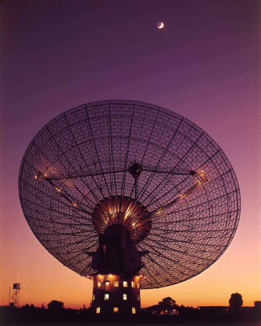 The Parkes telescope tracking the Moon during a test several weeks before the mission.