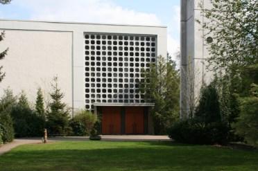 Eingang zur Apostelkirche mir Teil des Kirchturms, Blick vom Kindergarten aus © Beate Sachs