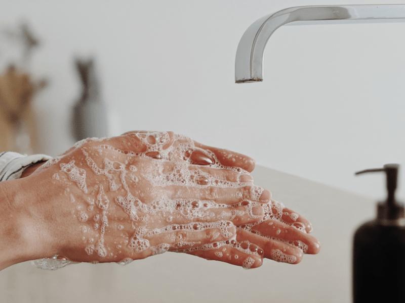 Frau wäscht Hände