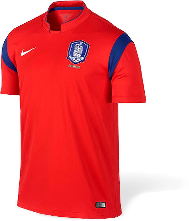 A seleção asiática mais forte chega à Copa com seu tradicional uniforme  avermelhado 8073c5cf35c40