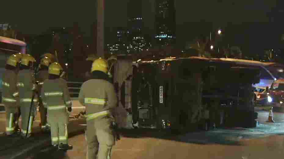 有線寬頻 i-CABLE - 清晨灣仔有貨車失事翻側 司機受傷送院