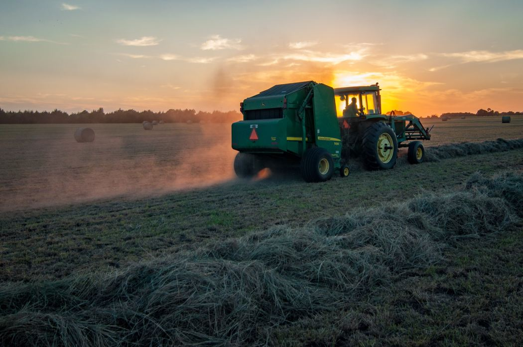 TRACTOR AND ROUND BALER