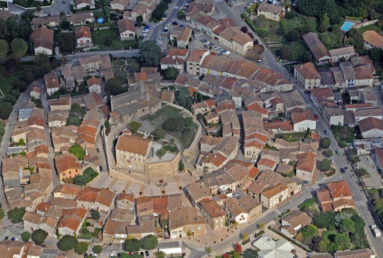 La forme circulaire du village d'Alixan saute aux yeux