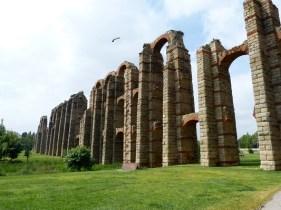 Een van de aquaducten van Merida doet nu vooral dienst al broedplaats voor ooievaars.