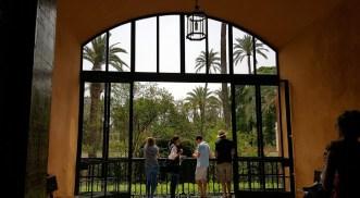 Het Real Alcázar waar je van binnen door de grote ramen naar buiten kijkt.