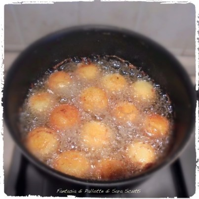 Vengono fritte in abbondante olio... ©SaraScutti
