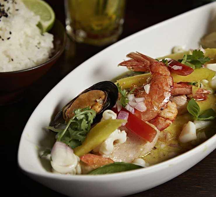 Curry de pescado, langostinos y mariscos, mango y leche de coco