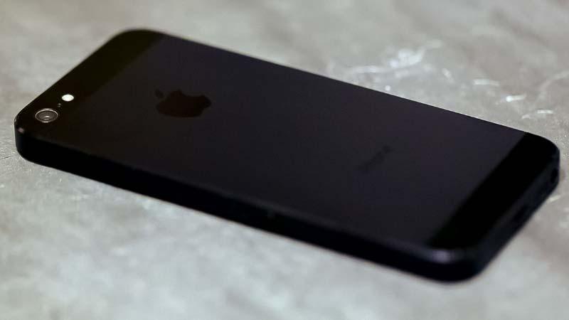 الايفون 5 باللون الأسود الغامق