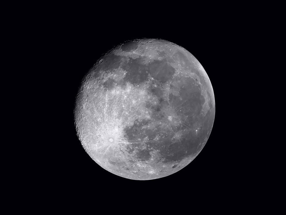القمر بعدسة ايفون