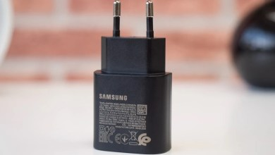 تتظاهر Samsung الآن بعدم السخرية من إزالة شاحن من جهاز Apple!