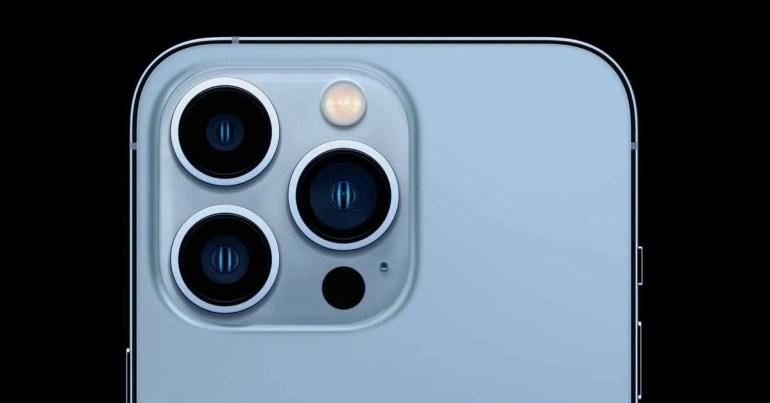 Доктор использует макро камеру iPhone 13 Pro, чтобы проверять глаза пациентов