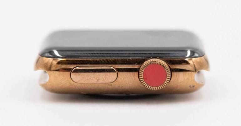 Прототип показывает сотовый телефон, красную корону и золотую сталь, изначально запланированные для Apple Watch Series 2