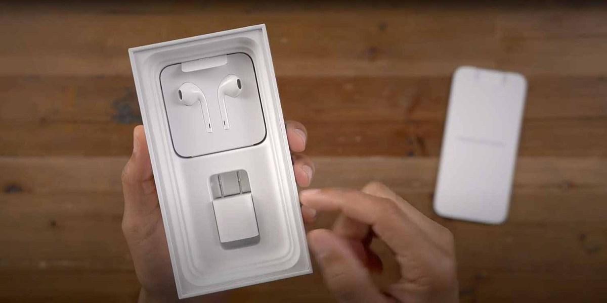 Никакого зарядного устройства или наушников EarPods в тонкой коробке для iPhone 12
