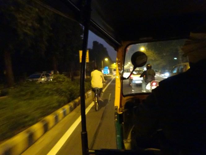 fahrt im tuktuk verkehr in indien