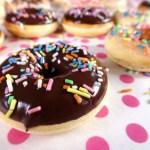luftige hefe donuts mit schokolade und streuseln