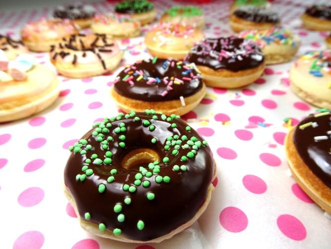 luftige hefe donuts mit schokolade zuckerstreusel