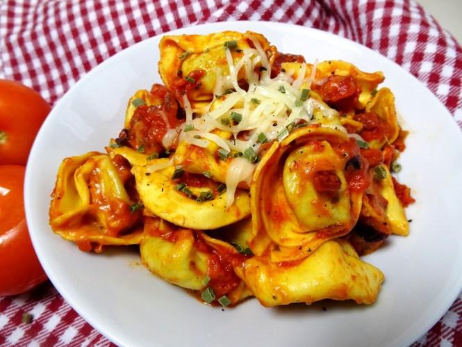 tortellini in tomatensosse italienisch