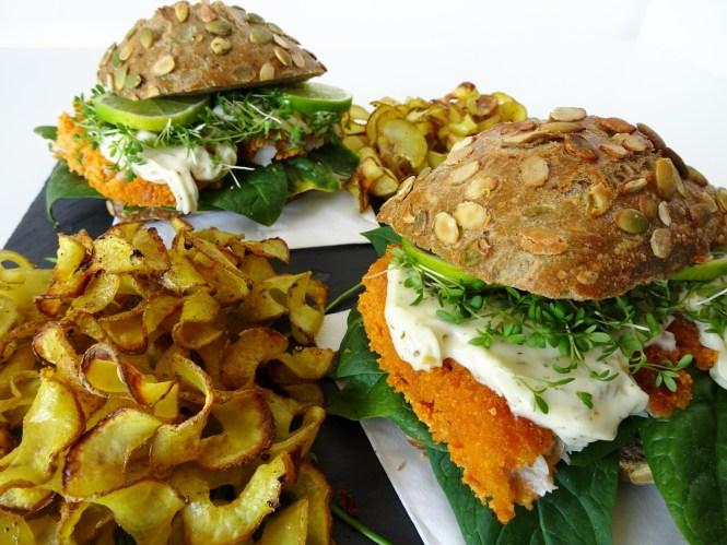 fischburger mit spiralkartoffeln und remoulade