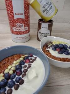Schoko-Oatmeal mit Vanille-Joghurt und frischen Heidelbeeren