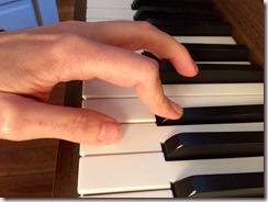 Doigt cassé sur le clavier du piano