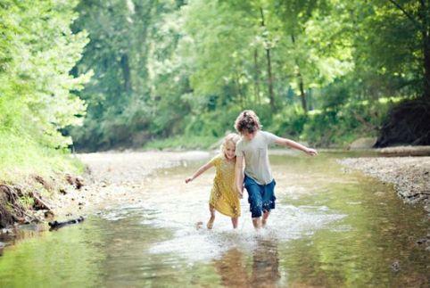Enfants rivière nature