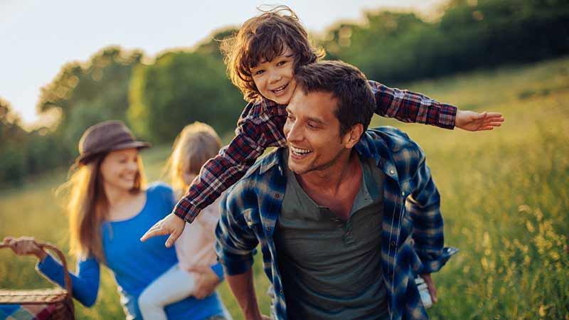 famille-heureuse-nature